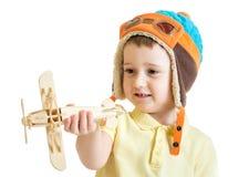 Lycklig hatt för pilot för barnpojkepåklädd och spela med arkivbilder