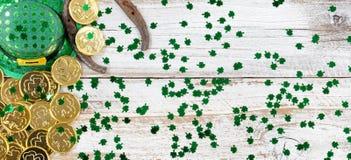Lycklig hatt och guld för St Patrick Day på lantligt trä Arkivfoton
