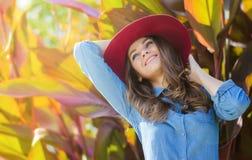 lycklig hattkvinna tät stående Höststående i en utomhus- trädgård Royaltyfria Bilder