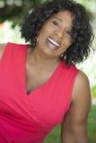 Lycklig hög afrikansk amerikankvinna Arkivbild