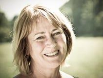 Lycklig hög utomhus- kvinnastående - Royaltyfri Fotografi