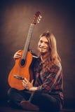 Lycklig hippie och gitarr Arkivbild