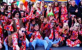 Lycklig hippie som maskerar gruppen som poserar på karneval i Fiume, Kroatien, Februari 2018 Arkivfoto