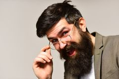 Lycklig hipster med det långa skägget och mustasch på orakad framsida Affärsmanleende i dräkt Skäggig man med stilfullt hår royaltyfri bild