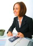 lycklig holding för affärskvinnaräknemaskin arkivfoto