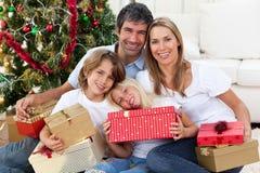 lycklig holding för julfamiljgåvor arkivfoton
