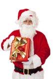 lycklig holding gammala santa för julclaus gåva Arkivbilder