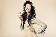 lycklig holdingkvinna för muffin Royaltyfri Bild
