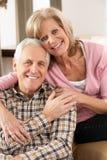 lycklig home avslappnande pensionär för par Arkivbilder