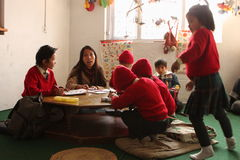 lycklig home kathmandu skola Arkivfoto