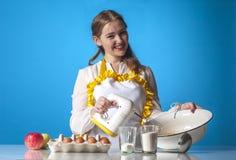 Lycklig homemaker med blandaren Royaltyfri Foto
