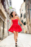 Lycklig härlig kvinna i sommarklänning i Venedig Arkivbilder