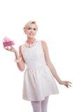 Lycklig härlig kvinna som rymmer den lilla gåvaasken med bandet elegant lady Arkivbilder
