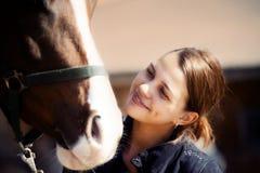 lycklig häst för flicka Fotografering för Bildbyråer