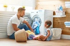 Lycklig husägare och barn för fader för familjman i tvätteri med Arkivfoton
