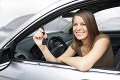 lycklig hyra kvinna för bil royaltyfri fotografi