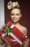 Lycklig idérik kvinna med julgåvan Royaltyfri Foto