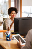 Lycklig idérik kvinnlig kontorsarbetare med datoren Royaltyfri Fotografi