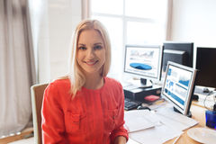 Lycklig idérik kvinnlig kontorsarbetare med datorer arkivfoto