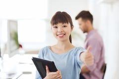 Lycklig idérik kvinnlig kontorsarbetare med minnestavlaPC Arkivbild