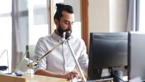 Lycklig idérik manlig kontorsarbetare med datoren arkivfilmer