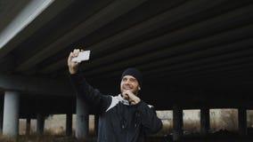 Lycklig idrottsman nenman som tar selfieståenden med smartphonen, når att ha boxats utbildning i stads- det frialäge i vinter lager videofilmer