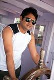 lycklig indisk mansolglasögon royaltyfri foto