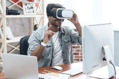 Lycklig indisk ung man hemma i VR-exponeringsglas royaltyfria foton