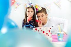lycklig inomhus deltagare för födelsedagbarn royaltyfri foto