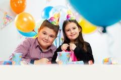 lycklig inomhus deltagare för födelsedagbarn arkivfoton
