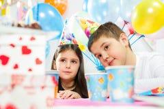 lycklig inomhus deltagare för födelsedagbarn fotografering för bildbyråer
