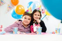 lycklig inomhus deltagare för födelsedagbarn royaltyfri fotografi