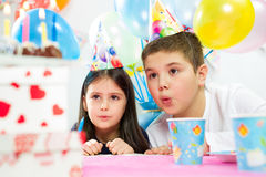 lycklig inomhus deltagare för födelsedagbarn royaltyfria bilder