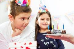 lycklig inomhus deltagare för födelsedagbarn arkivbilder