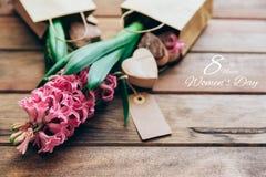 Lycklig internationell kvinnadag hyacint över trä Arkivfoton