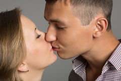 lycklig isolerad kyssande förälskelse för bakgrundspar över vitt barn royaltyfria bilder