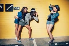 lycklig isolerad man för bakgrund över unga vita kvinnor för folk arkivbilder