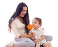 lycklig isolerad moderson för blomma tillsammans arkivfoto