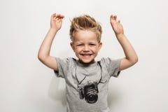 lycklig joyful liten stående för härlig pojke Arkivfoto