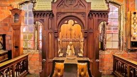 Lycklig jul för begrepp och nytt år Moder Mary Figurine bak det krökta stålet royaltyfria bilder