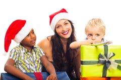 Lycklig julfamilj Fotografering för Bildbyråer