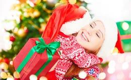 lycklig julfamilj modern och barnet som kramar och, ger gif Arkivfoton
