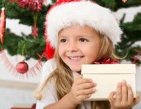 lycklig julflicka little present Arkivbild