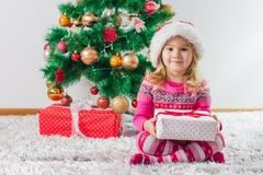 lycklig julflicka little present Royaltyfri Foto