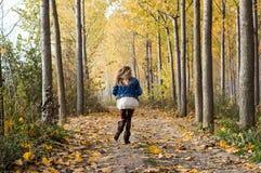 lycklig körning till och med skogen Arkivfoto