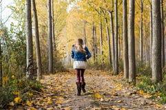 lycklig körning till och med skogen Arkivbilder