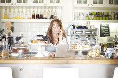 Lycklig kaféägare Arkivfoto