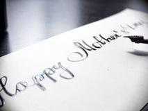 Lycklig kalligrafi för dag för moder` s och lattering vykort Extremt närbild Royaltyfria Foton