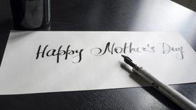 Lycklig kalligrafi för dag för moder` s och lattering vykort Vit bakgrund Royaltyfria Foton