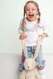 lycklig kanin för flicka Royaltyfri Bild